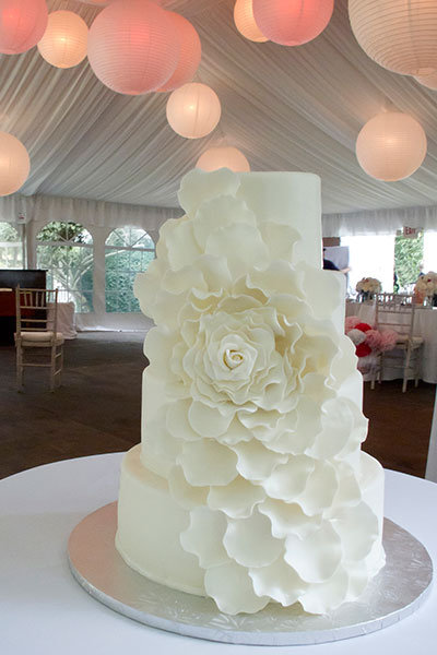 101 Amazing Wedding Cakes   BridalGuide Anything but boring White Cakes