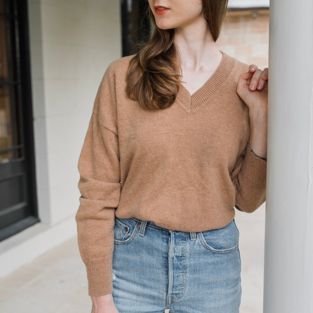 Girl wearing a brown oversized sweater and Levi's ribcage straight ankle jeans in front of Tempe House, Sydney. Winter outfits. Cozy winter outfit ideas, autumn fashion. Simple outfit ideas for winter. Denim looks