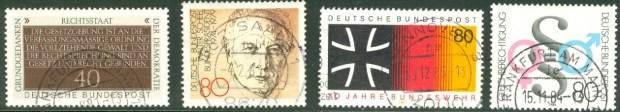 """Sondermarkenserien """"Grundgedanken der Demokratie"""" (oben) und """"Fremdenverkehr"""" aus den 1970-Jahren."""