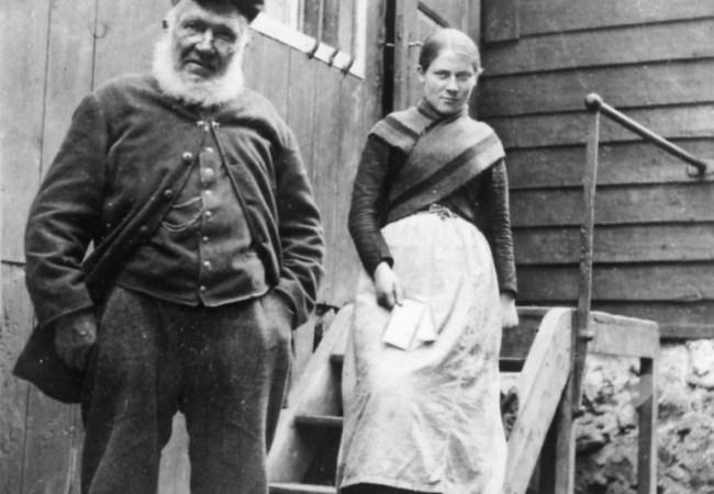 Erster Postamtsvorsteher H.C. Müller und seine erste Mitarbeiterin Maria Mikkelsen.