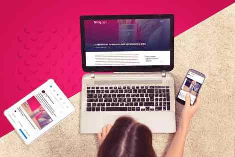 Profissional-de-marketing-trabalhando-e-usando-a-estrategia-crossmedia
