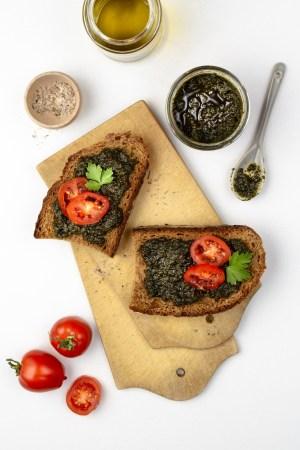 Bärlauch-Tomaten-Pesto mit feinem Olivenöl und frischen Tomaten auf Brot