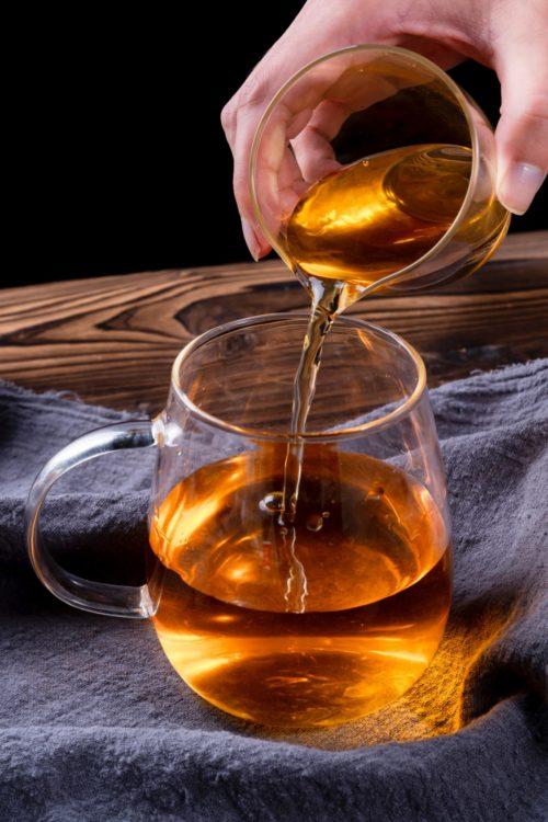 Foto von unsplash.com Tee eingießen mit Hand