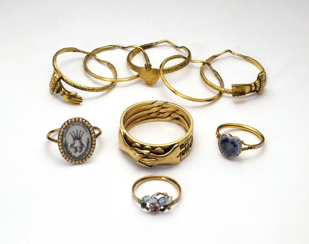 Finger-ring; bezel in form of heart-shaped sapphire bordered with diamonds; hoop: inscribed in gold on white enamel.