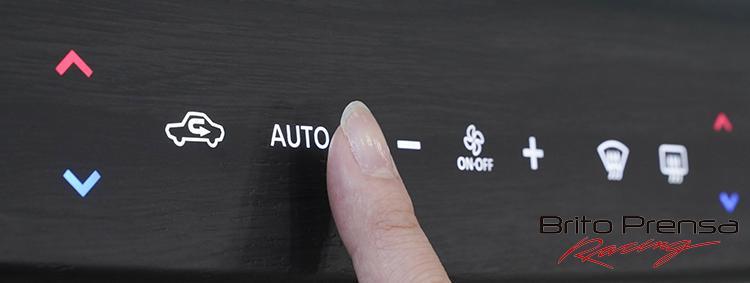 Los botones de respuesta táctil se agrupan en dos áreas específicas del Ariya