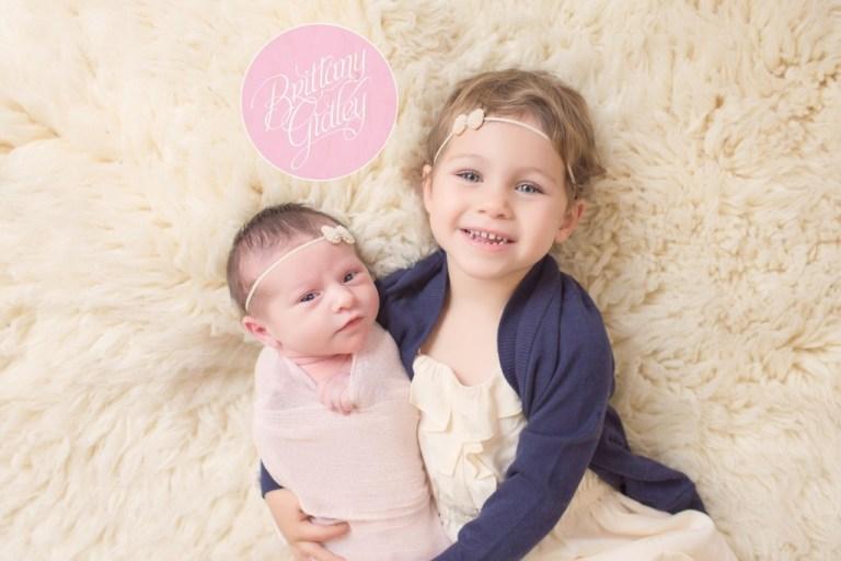 Sisters | Newborn Portraits | Sibling Pictures | Newborn Posing Inspiration