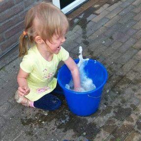 Oma helpen met ramen wassen!