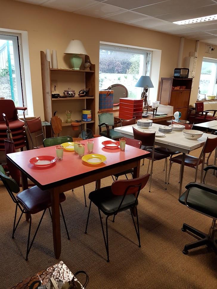 Brocante Saint Michel Plozevet mobilier table chaise