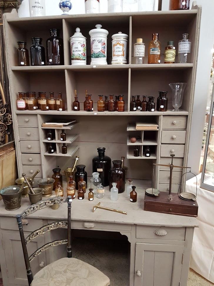 Brocante Saint Michel Plozevet mobilier chimie pharmacie