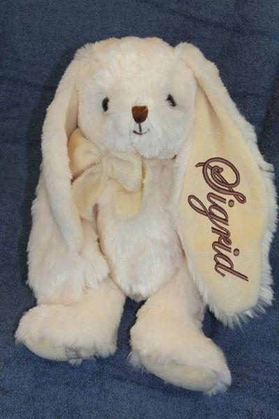 Gosedjur kanin, 40 cm hög, ljusbeige. En kramgo doppresent med broderat namn på örat