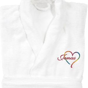 Badrock med ett hjärta i pride färgerna och namn broderat.