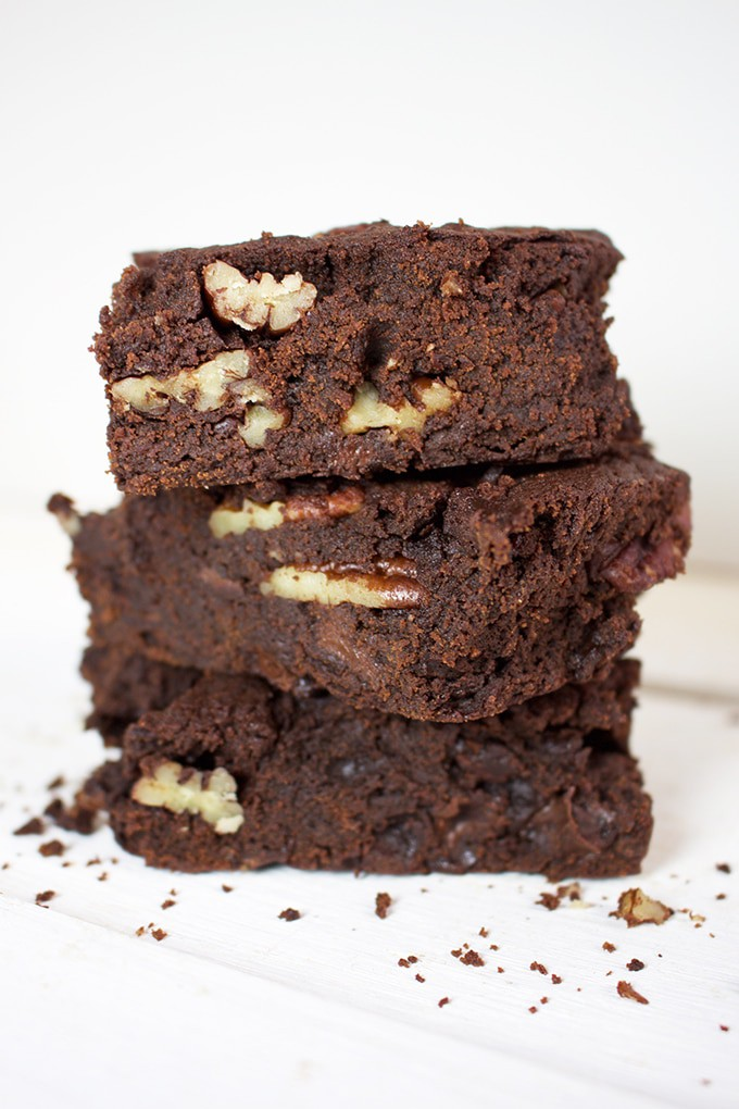 Mocha Brownies - Refined Sugar free - Remember the good old brownie ? Remember having it with your coffee ? I present you with the best of both worlds : espresso and brownies. Mocha Brownies.