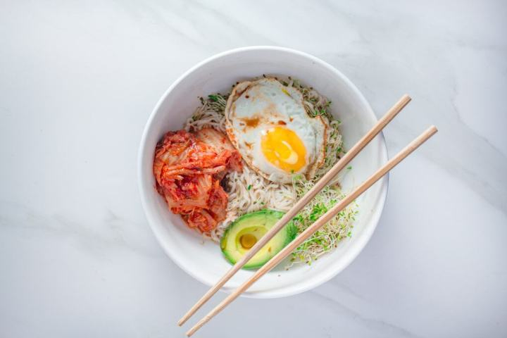 Spicy Keto Breakfast Noodles | This easy and quick low-carb noodle bowl is made with a few ingredients and ready in less than 10 minutes.