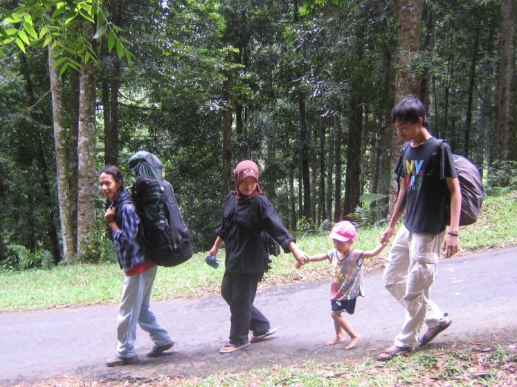 mendaki bersama keluarga