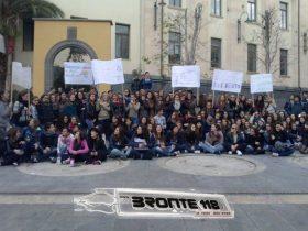 """BRONTE: GLI STUDENTI DEL """"CAPIZZI"""" IN SCIOPERO PER LA PALESTRA – LE FOTO –"""