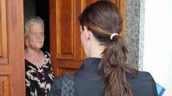 BRONTE, FINGONO DI ESSERE FARMACISTI ENTRANO IN CASA E LE RUBANO 500 EURO
