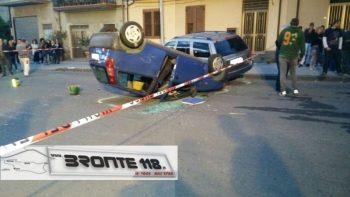 RANDAZZO: RIBALTAMENTO DI UN AUTO IN VIA BASILE, UN FERITO – LE FOTO