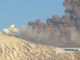 ETNA: ESPLOSIONE IN ALTA QUOTA, 10 FERITI LIEVI; LE FOTO DEL VULCANO