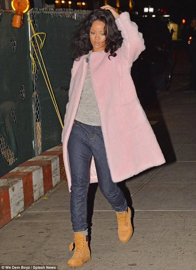 Rihanna_steps_out_in_a_bi