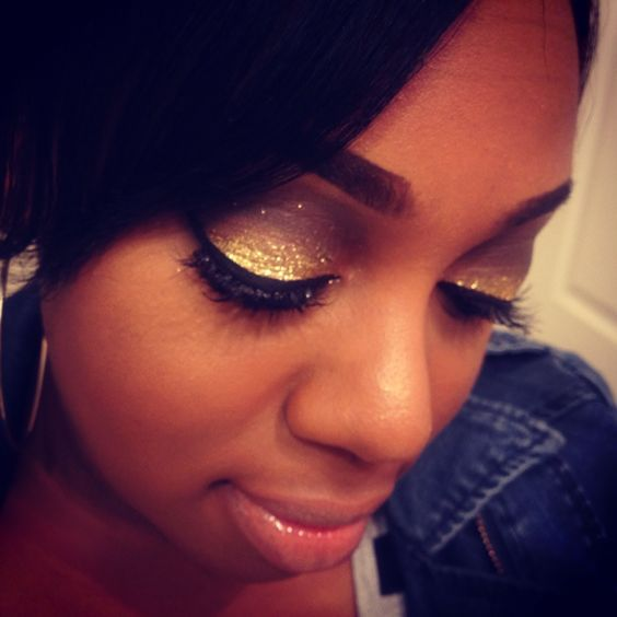 YouTube makeup vlogger mellypatrice has a gold glittery smokey eye look