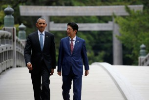 U.S. President Barack Obama (L) talks with Japanese Prime Minister Shinzo Abe on Ujibashi bridge as they visit Ise Grand Shrine in Ise, Mie prefecture, Japan, May 26, 2016, ahead of the first session of the G7 summit meetings. REUTERS/Toru Hanai - RTSFY3V