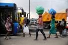 Women sell drinks along a road in Lagos, Nigeria, November 20, 2015. REUTERS/Akintunde Akinleye - RTS86R9
