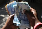 A street money changer counts South African Rands in Harare, Zimbabwe, May 5, 2016.  REUTERS/Philimon Bulawayo  - RTX2CZDI