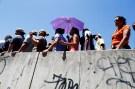 People line up to try to buy food outside a supermarket in Caracas, Venezuela, June 10, 2016. REUTERS/Ivan Alvarado - RTSH0EU