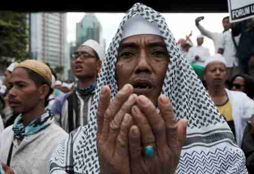 REUTERS/Beawiharta - Members of the Islamic Defenders Front (FPI) pray during a protest in front of the Indonesian police headquarters in Jakarta, Indonesia, January 23, 2017.
