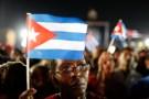 A woman raises a Cuban flag at a tribute to former Cuban leader Fidel Castro in Santiago de Cuba, Cuba, December 3, 2016. REUTERS/Carlos Garcia Rawlins - RTSUJDS