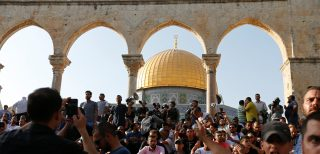 Palestinians gather at the compound known to Muslims as Noble Sanctuary and to Jews as Temple Mount, after Israel removed all security measures it had installed at the compound, in Jerusalem's Old City July 27, 2017. REUTERS/Muammar Awad - RTX3D5LZ