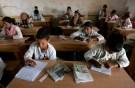 Sahrawi students attend a class in Carlo Giuliani school at Dakhla's refugee camp, near Tindouf in southwestern Algeria April 17, 2008. REUTERS/Dani Cardona (ALGERIA) - RTR1ZLOF
