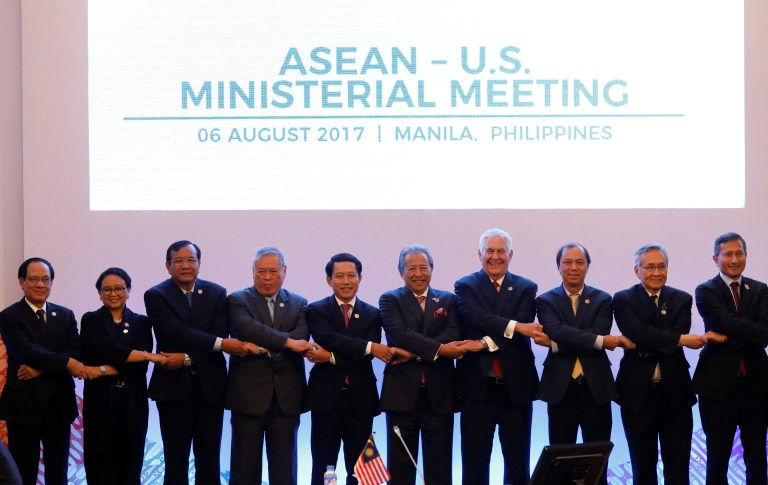 U.S. State Secretary Rex Tillerson (4th-R) link arms with ASEAN foreign ministers and their representatives as they take part in the ASEAN-U.S. Ministerial meeting during the 50th Association of Southeast Asia Nations (ASEAN) Regional Forum (ARF) in Manila, Philippines August 6, 2017. REUTERS/Erik De Castro - RTS1AKXC