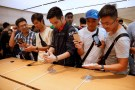 People look at the iPhone 8 at the Apple Orchard Shop in Singapore September 22, 2017. REUTERS/Edgar Su - RC1F5F9184F0