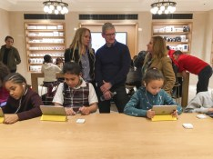 Apple Chief Executive Officer Tim Cook (C) attends an event for students to learn to write computer code at the Apple store in the Manhattan borough of New York December 9, 2015.     REUTERS/Carlo Allegri - GF10000260390