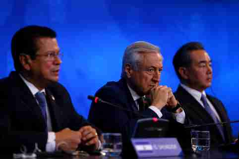 (L-R) El Salvador Foreign Minister Hugo Martinez, Chile's Foreign Minister Heraldo Munoz and China's Foreign Minister Wang Yi deliver a news conference at China and the Community of Latin American and Caribbean States (CELAC) Forum, in Santiago, Chile January 22, 2018. REUTERS/Ivan Alvarado - RC1F3A35E7D0