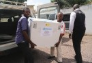 Congolese Health Ministry officials carry the first batch of experimental Ebola vaccines in Kinshasa, Democratic Republic of Congo May 16, 2018. REUTERS/Kenny Katombe - RC1D1B631BE0