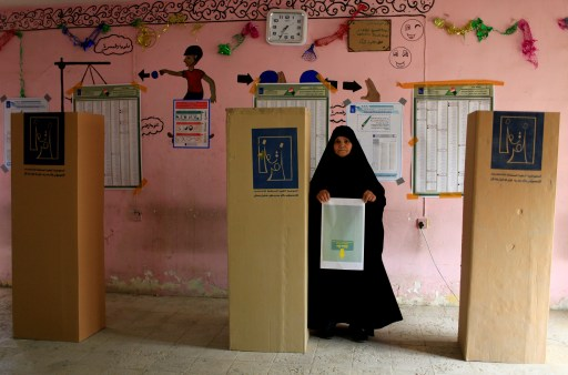 An Iraqi woman arrives to cast her vote at a polling station during the parliamentary election in the Sadr city district of Baghdad, Iraq May 12, 2018. REUTERS/Thaier al-Sudani     TPX IMAGES OF THE DAY - RC18D4CCE020