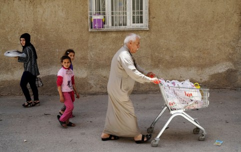 Ahmed, a 60-year old Syrian refugee man, pushes a shopping cart as he walks his home in Gaziantep, Turkey, May 16, 2016. REUTERS/Umit Bektas                           - S1BETFDNKJAB