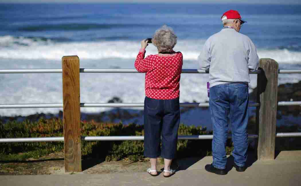 A retired couple take in the ocean during a visit to the beach in La Jolla, California January 8, 2013.   REUTERS/Mike Blake  (UNITED STATES - Tags: SOCIETY ENVIRONMENT) - GM1E9190GEM01