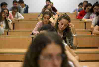 Students sit for a university entrance examination at a lecture hall in the Andalusian capital of Seville, southern Spain, June 16, 2015. Students in Spain must pass the exam after completing secondary school in order to gain access to university. REUTERS/Marcelo del Pozo - GF10000129149