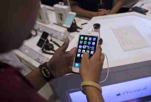 A man inspects the Apple iPhone 6 Plus at an electronics store in Mumbai, India, July 23, 2015. With only a tiny share of the world's fastest-growing major smartphone market, Apple Inc is stepping up its push into India, with a first targeted TV advertising campaign, expanded retail network and promotional financing schemes.       To match APPLE-INDIA/     REUTERS/Danish Siddiqui - GF10000167811