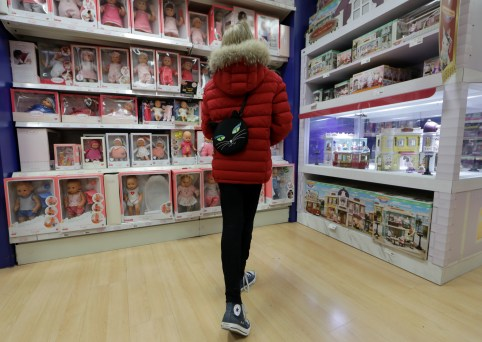A customer looks at toys at the JoueClub Contesso shop in Nice, France, November 28, 2018.   REUTERS/Eric Gaillard - RC128A7F13C0