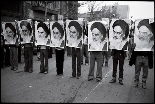 Street demonstrators hold up photos of Ayatollah Khomeini in Iran, 1978. / Wikimedia Commons