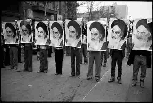 Street demonstrators hold up photos of Ayatollah Khomeini in Iran, 1978. / Wikimedia Commons