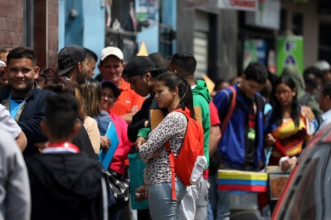 Venezuelan migrants queue to get temporary residency permits outside the immigration office in Lima, Peru October 31, 2018. REUTERS/Mariana Bazo - RC1CBE75ABD0
