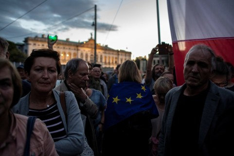 People protest against the conservative government's makeover of the Polish judiciary in Warsaw, Poland July 3, 2018. Agencja Gazeta/Dawid Zuchowicz via REUTERS     ATTENTION EDITORS - THIS IMAGE WAS PROVIDED BY A THIRD PARTY. POLAND OUT. NO COMMERCIAL OR EDITORIAL SALES IN POLAND. - RC1B4D6F1EE0