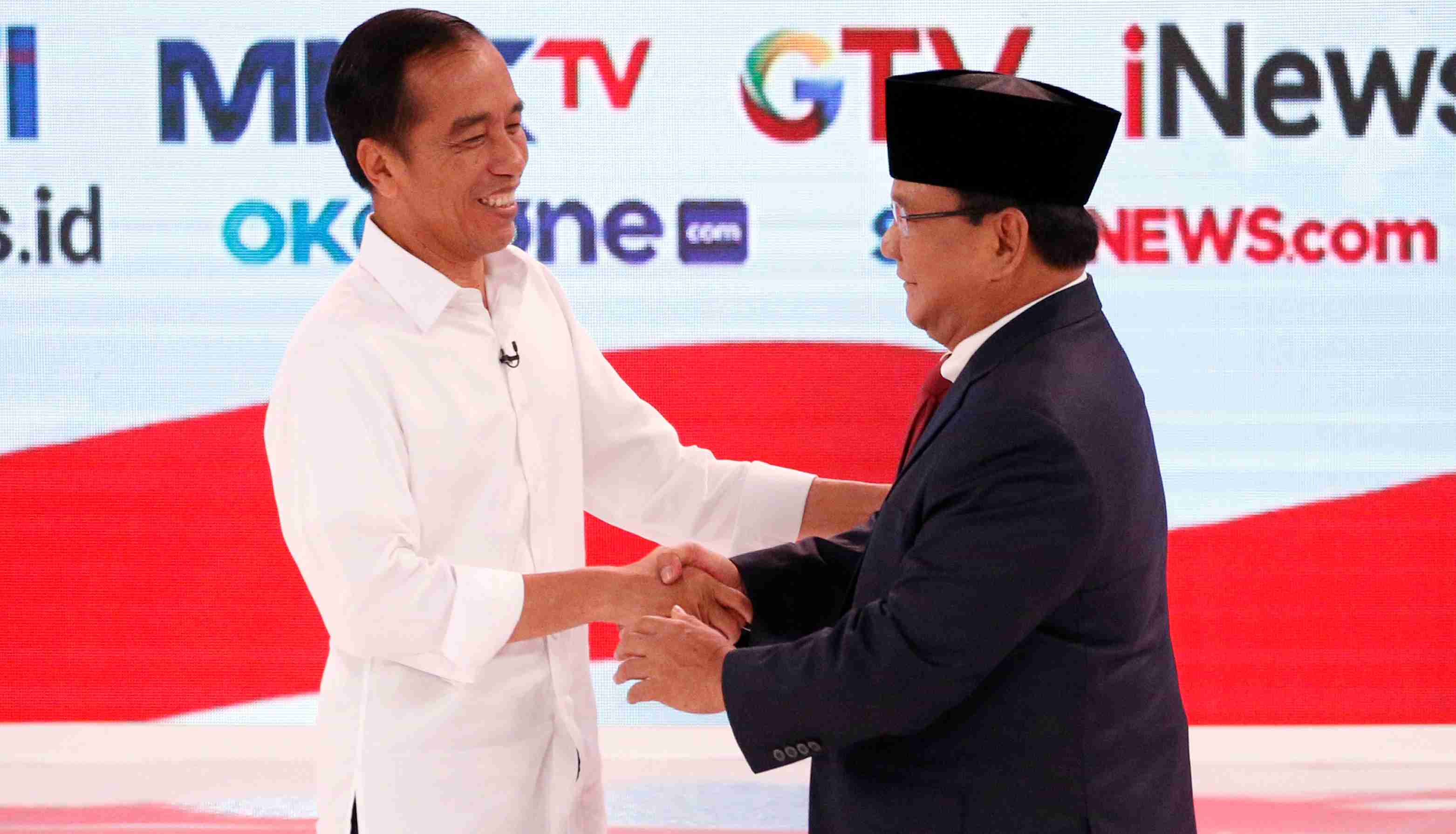 Indonesia's presidential candidate Joko Widodo (L) shakes hands with his opponent Prabowo Subianto after the second debate between presidential candidates ahead of the next general election in Jakarta, Indonesia, February 17, 2019. REUTERS/Willy Kurniawan - RC1B58C98B50