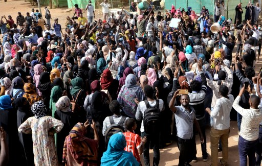 Sudanese demonstrators chant slogans as they participate in anti-government protests in Khartoum, Sudan January 17, 2019. REUTERS/Mohamed Nureldin Abdallah - RC12DA214610