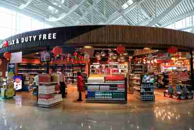 A duty free shop belonging the the Dufry group in a departure lounge at Denpassar international airport in Bali March 23, 2017.       REUTERS/Thomas White - RC1F26F19DE0